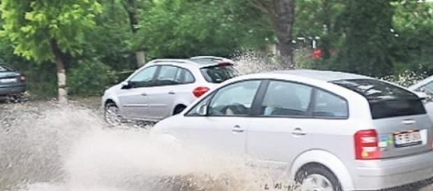 Condusul in ploaie poate fi periculos
