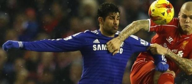 Diego Costa e Skrtel em jogo intenso