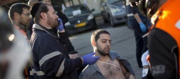 Homem ferido recebe tratamento após o ataque.
