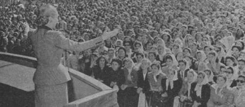 Evita Perón haciendo campaña para el voto femenino