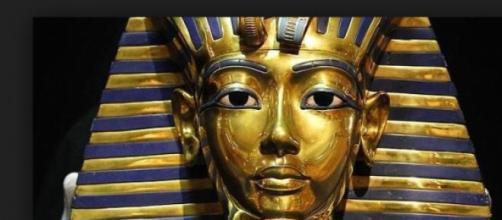 Máscara de Tutankhamon 'restaurada' com supercola?