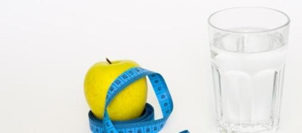 Beber água é essencial para combater a retenção