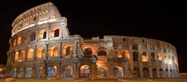 Il Colosseo e i numeri dipinti di rosso