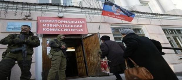 Steagul rebelilor pro-rusi la intrare in farmacie