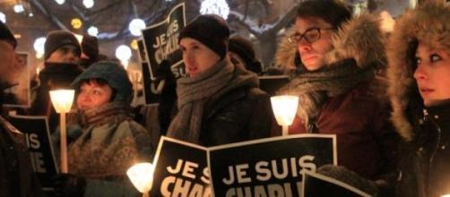 Manifestantes con carteles.