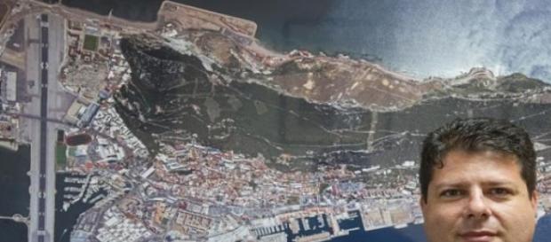 Fabian Picardo con un mapa aereo de Gibraltar.