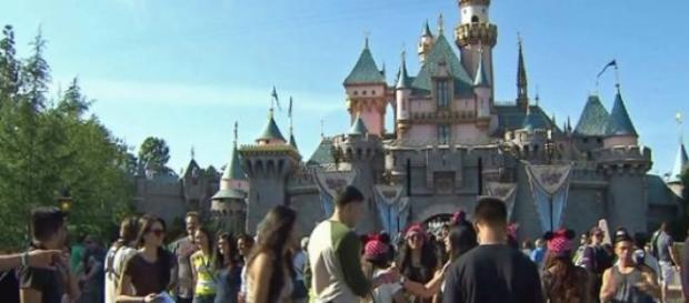 Turisti fuori al Parco Disneyland