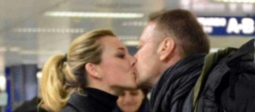 Rocco Siffredi saluta la moglie Rosa in aeroporto