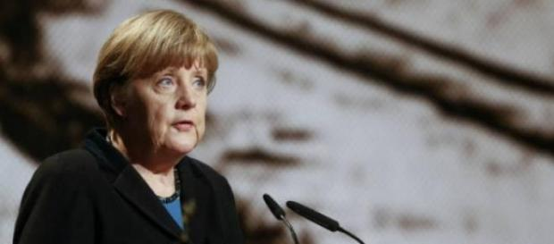 Setenta anos depois, Merkel lembra o holocausto.