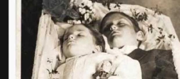 Fotografía postmortem de dos infantes