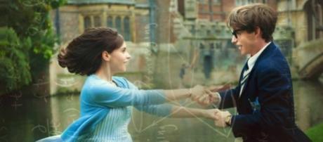 Redmayne e Jones são Stephen e Jane Hawking.