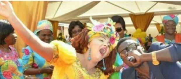 Chantal Biya en communion avec un jeune artiste
