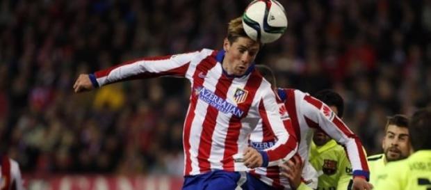 Torres disputando un balón aéreo.