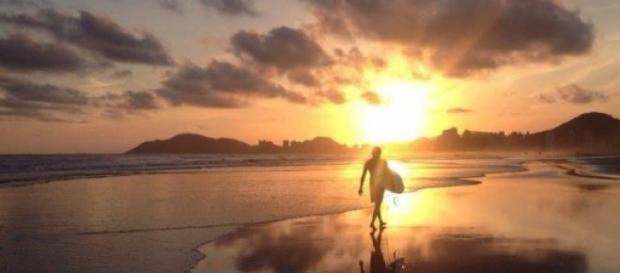 Zachód słońca na plaży w Guaruja.