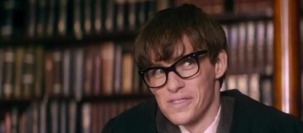 Eddie Redmayne da vida a Steven Hawking