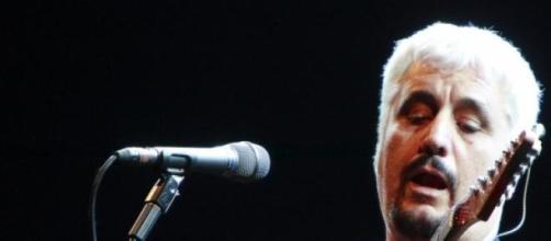 Il cantante napoletano durante un'esibizione.
