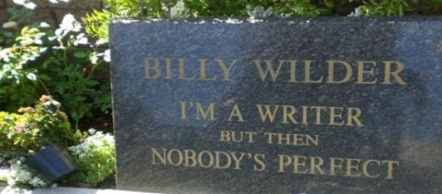 Lápida de Billy Wilder con un texto irónico