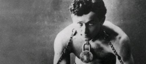 Houdini dans son grand numéro d'illusion.