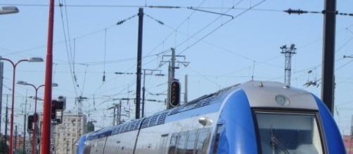 Train Express Régional en gare.