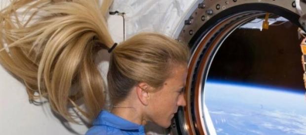 Karen Nyberg - um rabo-de-cavalo no espaço