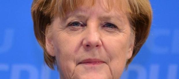 Angela Merkel amenaza al pueblo griego