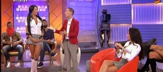 Aura suelta la lengua en la entrevista.