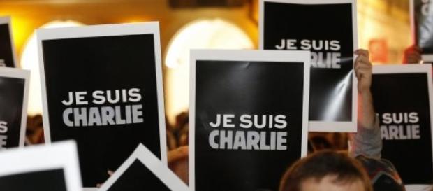 """Le parole """"je suis charlie""""  bandiera di libertà"""