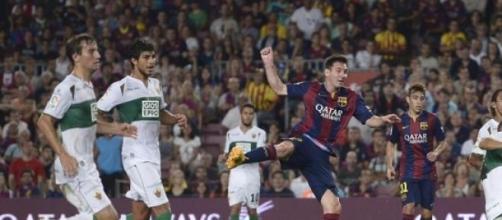 Leo Messi chutando a la portería del Elche.