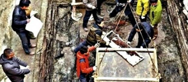 Arqueólogos sacando los instrumentos encontrados
