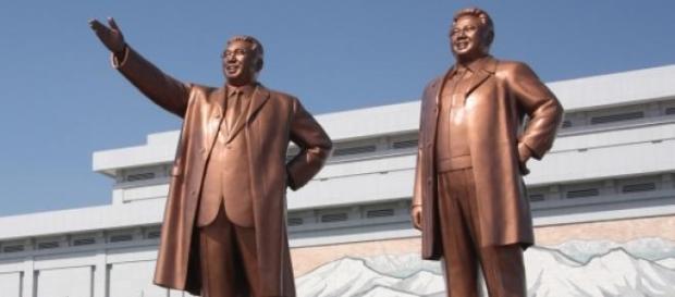 Estátua de bronze de Kim II-Sung e Kim Jong-il.