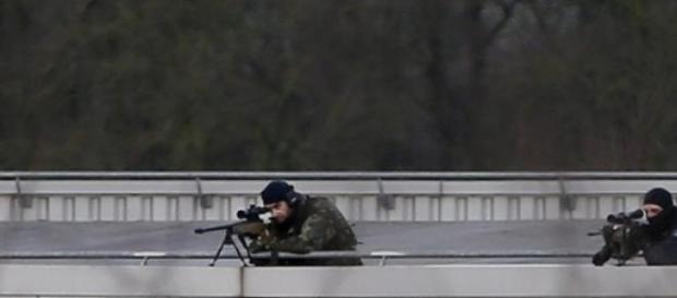 Francotiradores, apostados cerca del sitio