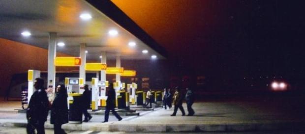 Il petrolio crolla, la benzina no