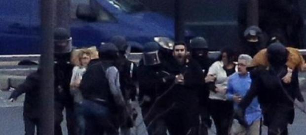 Imagen de varios rehenes siendo liberados en París