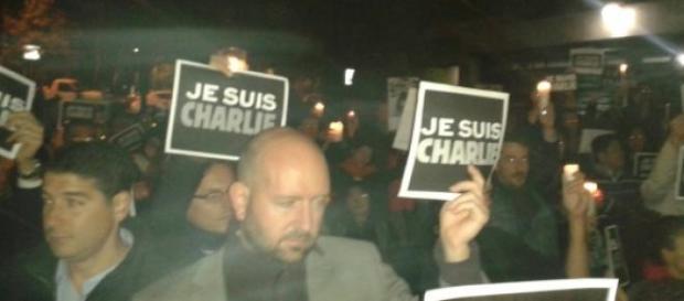 Les Français devant l'ambassade de France.