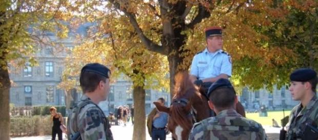 Militares franceses ajudam polícia durante crise.