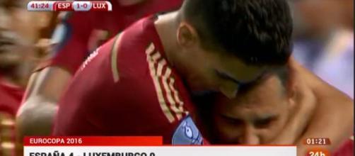 Bartra y Cazorla después de marcar el primer gol