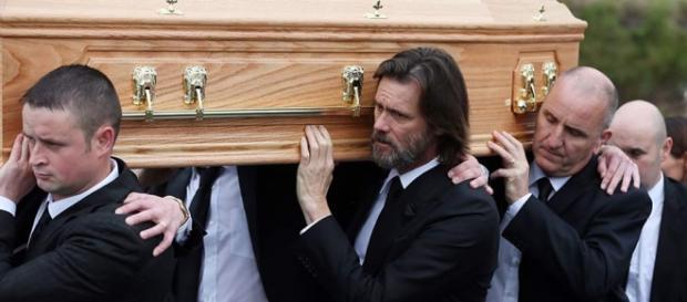 Jim Carrey carga el ataúd de su exnovia.