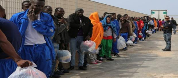 Kolejka imigrantów stoi przed bramami UE.