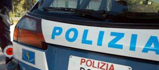 La polizia in azione durante il blitz