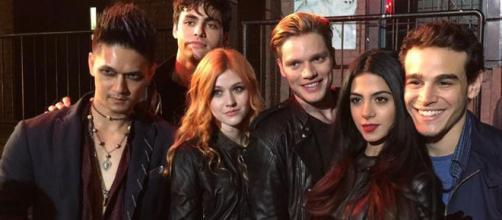 Il cast di Shadowhunters durante le riprese