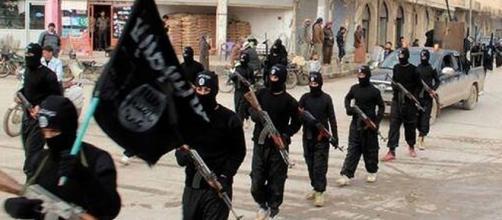 Miembros del Estado Islámico desfilando
