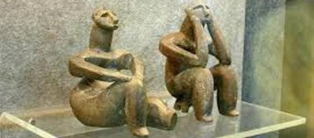 Ganditorul de la Hamangia si femeie sezând