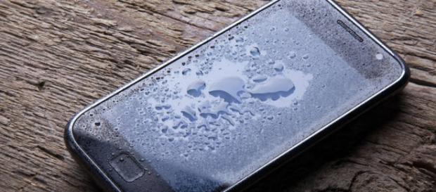 Máquina absorve água de dentro dos celulares