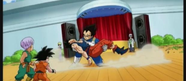 Vegeta sujetando a Goku luego de ser derrotado