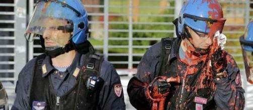Poliziotti in servizio d'ordine colpiti da vernice