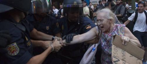 señora mayor en una manifestacion, represón