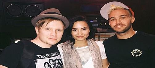 Demi Lovato junto con Fall Out Boy en el estudio.