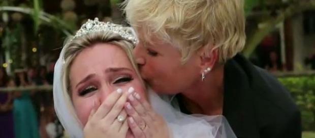 Xuxa aparece de surpresa em casamento