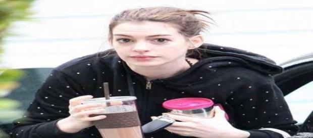 Anne Hathaway fa i capricci a colazione