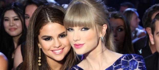 As duas cantoras são as melhores amigas.